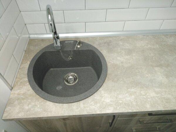 Set sudopera sa slavinom, sifonom i ugradnim dozerom Gorenje KM 12 granit crna i slavina Swan hrom boje